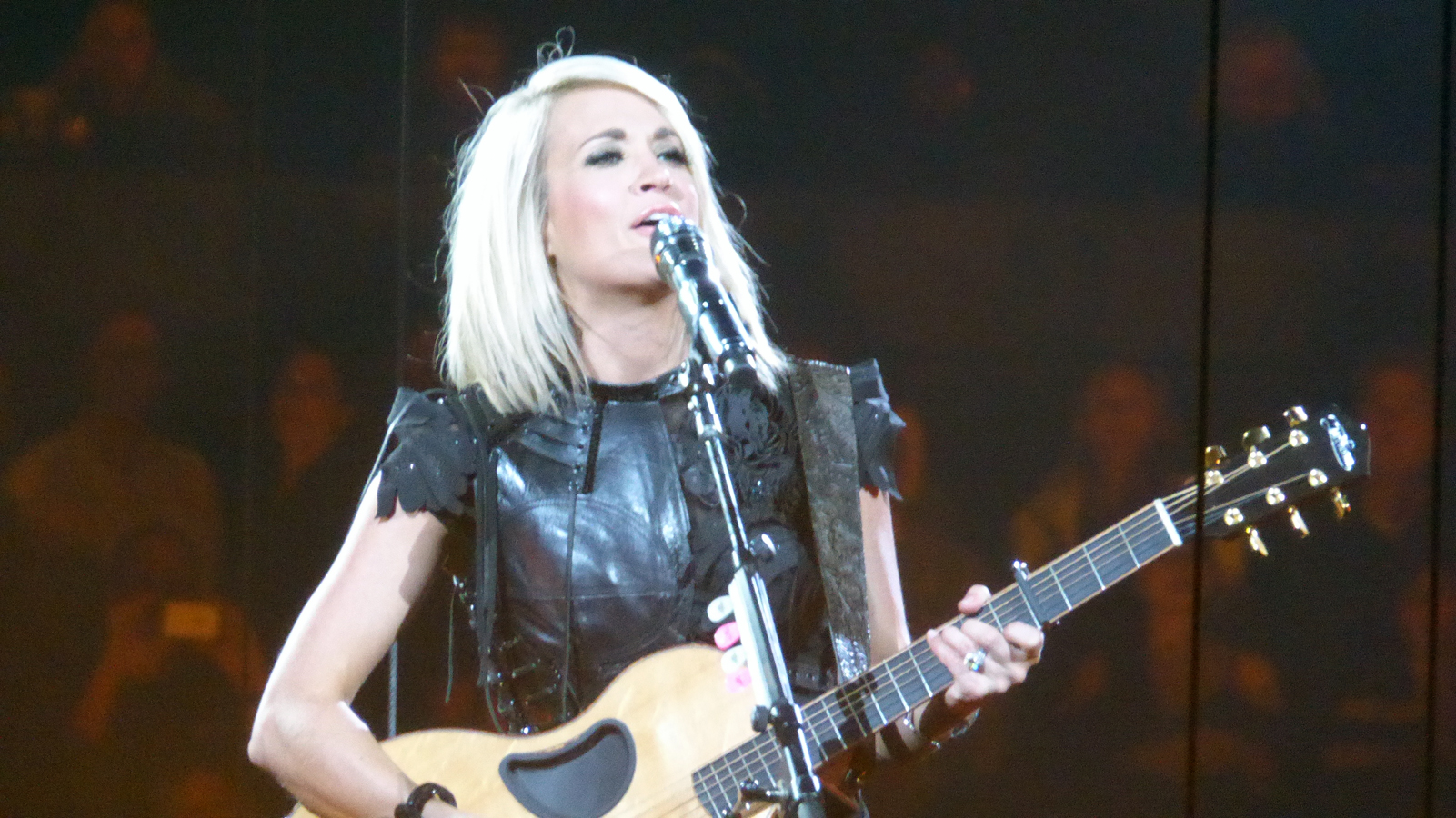 "Carrie Underwood bids ""American Idol"" farewell in Oakland"
