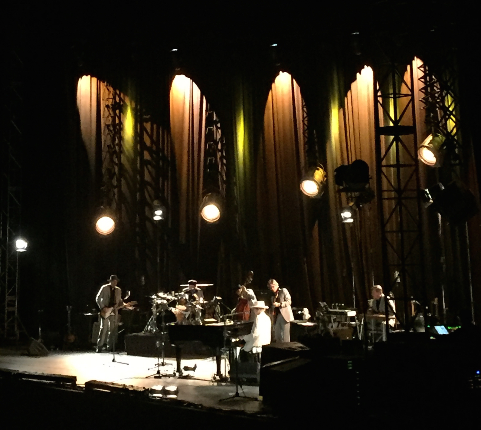 Review, videos & photos: Bob Dylan croons Sinatra in subdued Greek Theatre gig